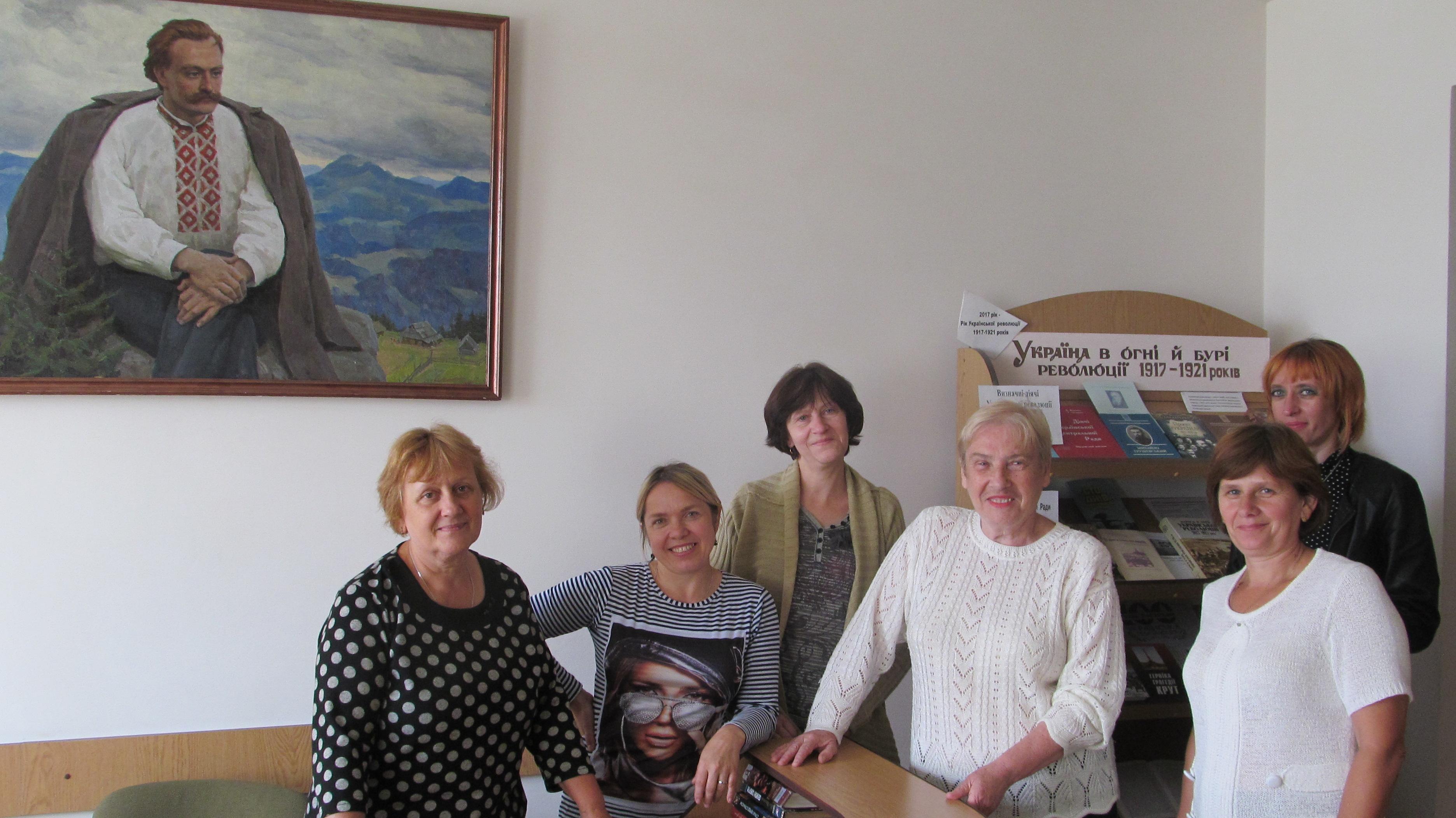 Директор Людмила Фреїв (у центрі) з працівниками Долинської ЦРБ