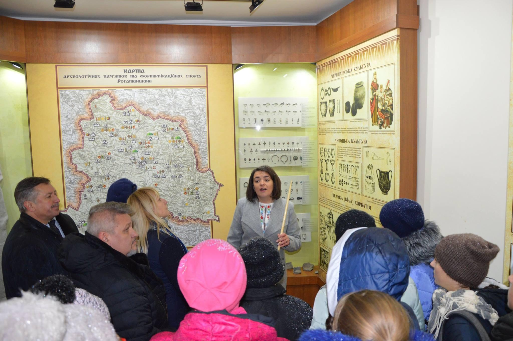 Першу екскурсію музеєм проводить О. Блага